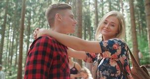 Lächelnde Paare, die im Holz sich entspannen Lizenzfreie Stockfotografie