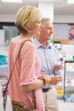 Lächelnde Paare, die mit Medikation stehen Stockfotos