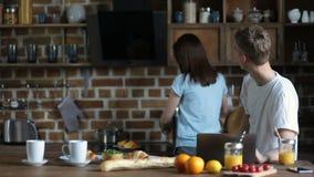 Lächelnde Paare, die morgens frühstücken stock video
