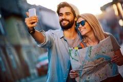 L?chelnde Paare, die Spa? in der Stadt reisen und haben Sommerferien, Datierung und Tourismuskonzept stockfoto