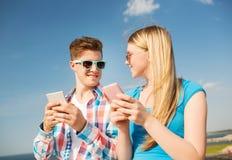 Lächelnde Paare, die Spaß draußen haben Stockbild