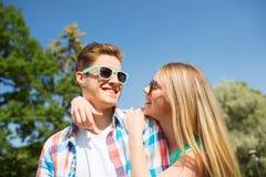 Lächelnde Paare, die Spaß draußen haben Stockfotos