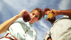 Lächelnde Paare, die unten den Kamera-, Rösten und Trinkencocktails betrachten stock video footage
