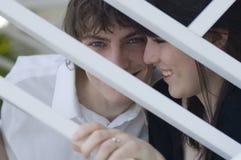 Lächelnde Paare hinter Stäben lizenzfreies stockbild