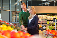 Lächelnde Paare im Einkaufenspeicher Lizenzfreie Stockfotos