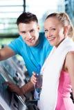 Lächelnde Paare im Gesundheitsklumpen Stockfotografie