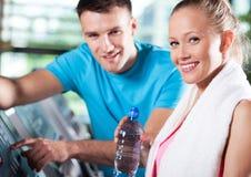 Lächelnde Paare im Gesundheitsklumpen Stockfotos