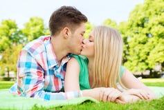 Lächelnde Paare im Park Stockbilder