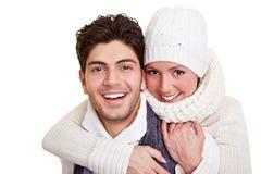 Lächelnde Paare im Winter Stockfoto
