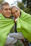 Lächelnde Paare am kalten Herbsttag draußen Stockfotografie