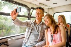 Lächelnde Paare mit dem Smartphone, der selfie macht Stockbild