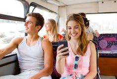 Lächelnde Paare mit dem Smartphone, der selfie macht Lizenzfreies Stockfoto