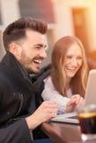 Lächelnde Paare mit einem Laptop lizenzfreie stockbilder