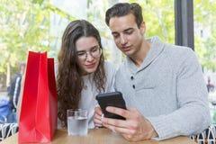 Lächelnde Paare mit in einem Restaurant stockbilder