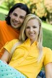 Lächelnde Paare am Park Lizenzfreie Stockfotos