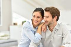 Lächelnde Paare am ruhigen Haus Stockfoto