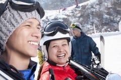 Lächelnde Paare in Ski Resort Lizenzfreies Stockbild