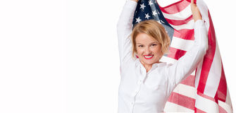 Lächelnde patriotische Frau, die Flagge Vereinigter Staaten hält USA feiern am 4. Juli lizenzfreie stockbilder