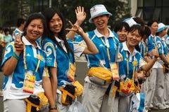 Lächelnde Peking-olympische Kursteilnehmer-Freiwilligerwelle Lizenzfreies Stockfoto