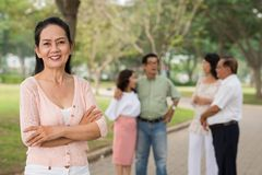 Lächelnde pensionierte Frau Lizenzfreie Stockfotos