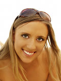 Lächelnde Porträt-im Freien dünne blonde Sonnenbrille-Frau Lizenzfreie Stockbilder