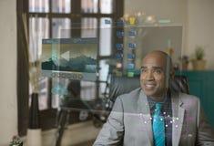 Lächelnde Professioneller unter Verwendung eines futuristischen Bildschirms stockfoto