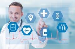 Lächelnde rührende medizinische Ikone des jungen Mediziners auf futuristischem Schirm Stockfoto