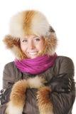 Lächelnde Redheadarme gekreuzt lizenzfreie stockbilder