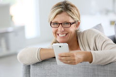 Lächelnde reife Frau mit Brillen Lizenzfreies Stockfoto