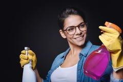 Lächelnde Reinigungsfrau, die eine Entscheidung trifft lizenzfreie stockfotografie