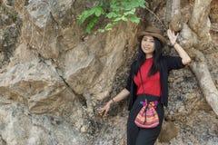 Lächelnde Reise der jungen Frau im Freien in Thailand Stockfotografie