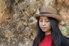 Lächelnde Reise der jungen Frau im Freien in Thailand Stockfotos