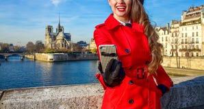 Lächelnde Reisendfrau in Paris, das selfie mit Telefon nimmt Lizenzfreie Stockbilder