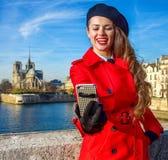 Lächelnde Reisendfrau in Paris, das selfie mit Telefon nimmt Stockfoto