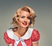 Lächelnde Retro- blonde Pinupfrau Stockbild