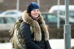 Lächelnde russische Frau mit Rucksack Stockfotografie