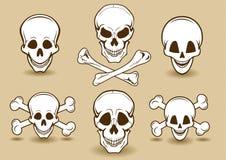 Lächelnde Schädel- und Kreuzknochen Stockfotos