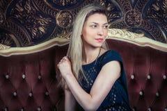 Lächelnde schöne blonde Frau Lizenzfreie Stockfotos