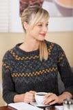 Lächelnde schöne blonde Frau in einer Kaffeestube Lizenzfreies Stockbild