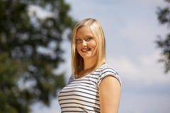 Lächelnde schöne blonde Jugendliche Stockbild