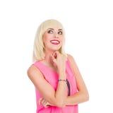 Lächelnde schöne Blondine, die oben schauen Stockfotografie