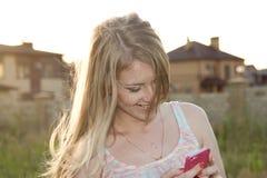 Lächelnde schöne Blondine im windigen Wetter Lizenzfreie Stockbilder