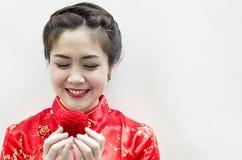 Lächelnde schöne chinesische Frau Stockfotos