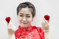 Lächelnde schöne chinesische Frau Stockfoto