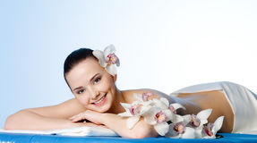Lächelnde schöne Frau im Badekurortsalon Stockfoto