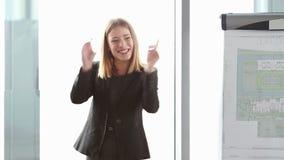 Lächelnde schöne Geschäftsfrau, die Darstellung unter Verwendung des flipchart gibt stock footage