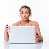 Lächelnde schöne junge blonde Frau für aufregende Jobsuche Stockbild