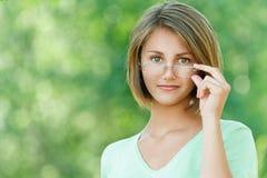 Lächelnde schöne junge Frau Stockbild