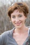 Lächelnde schöne junge Frau Stockfotografie