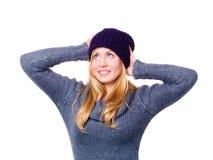 Lächelnde schöne junge Frau in der Winterkleidung Stockbild